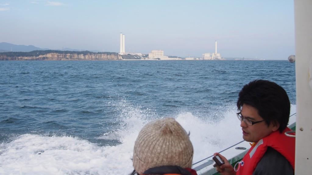 しばらくすると大きな煙突が見えてきました。沿岸部に大きなプラントを構える広野火力発電所