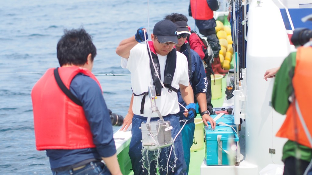アクアマリンふくしまの富原獣医による海底土採取。さすがの手さばきで海底土を見事ゲット。