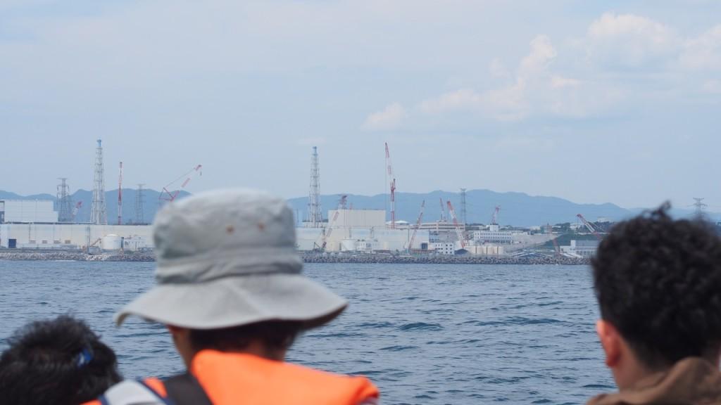 原発と調査ポイントの距離は1.5km。目の前に福島第一原発が見える。