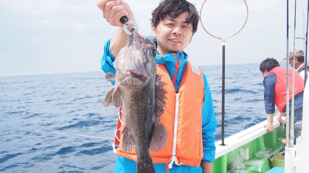 巨大クロソイを釣り上げたN本さん。大満足の釣果となりました。