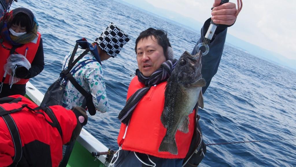 雑誌編集者のH寺岡さんも大きなソイを釣り上げました。すばらしい大きさ!
